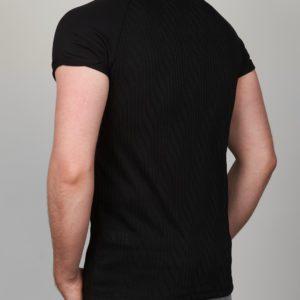Juodi vyriški marškinėliai su banguotu raštu